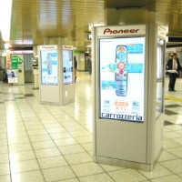 事例10:C駅構内のデジタルサイネージ-1