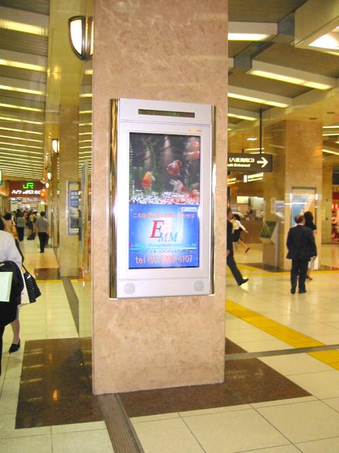 事例11:D駅構内のデジタルサイネージ-1