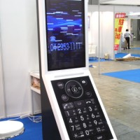 事例17:携帯電話がモチーフのデジタルサイネージ筐体-1