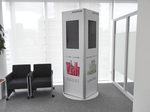 事例21:色々なサイズの柱に設置できるデジタルサイネージ-1